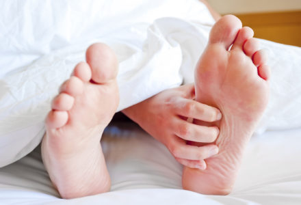 Itching feet in bed