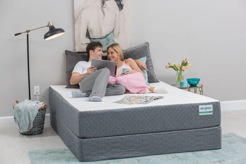 couple on the Ghostbed mattress