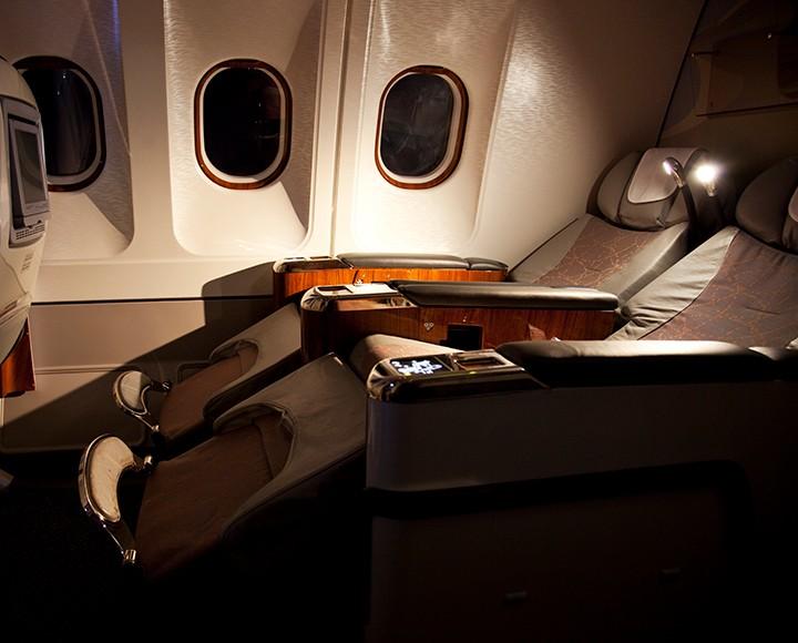 Comfortable reclining plane seat